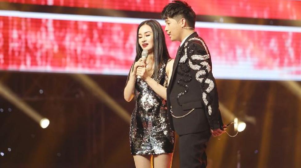 Cô gái bị liệt nửa mặt gây xúc động tại The Voice 2018