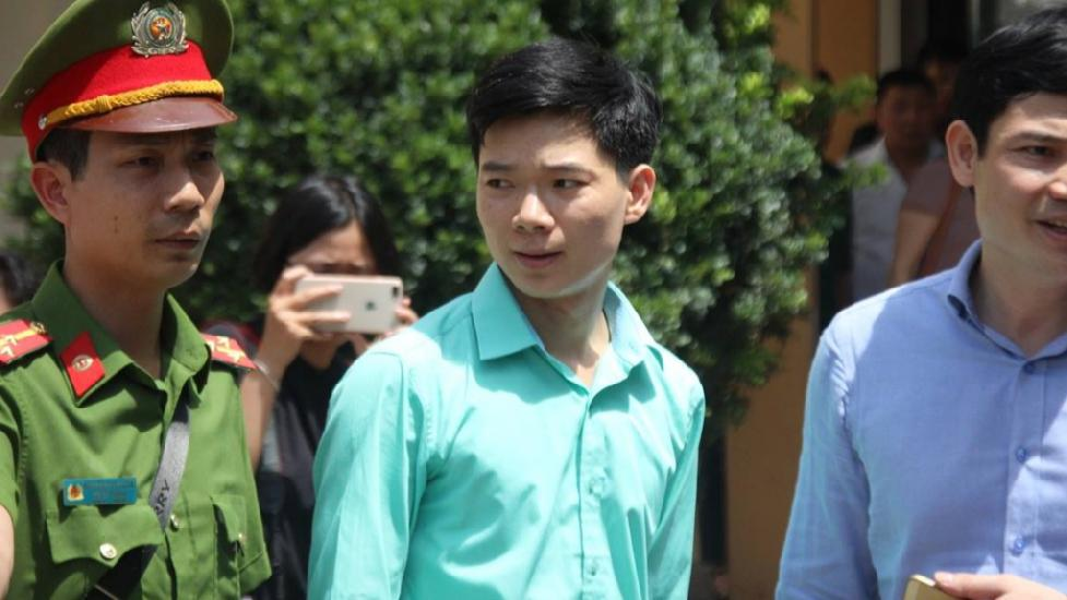 """""""Không tin tưởng"""" VKS, bác sĩ Hoàng Công Lương dùng quyền im lặng trước tòa"""