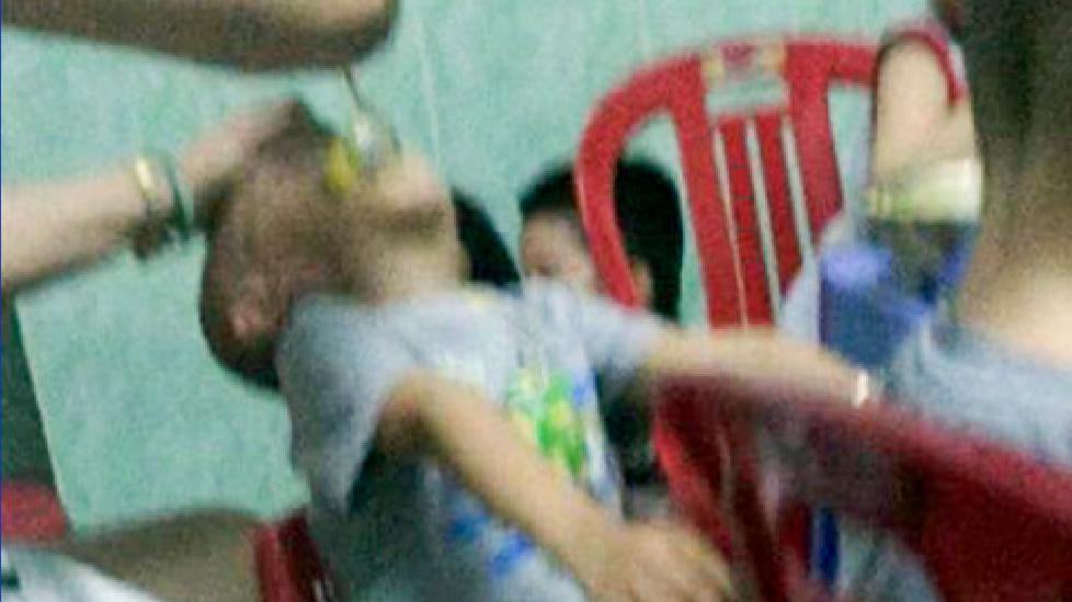 Phẫn nộ với bảo mẫu bắt trẻ nằm ngửa cho ăn, đánh liên tục vào mặt