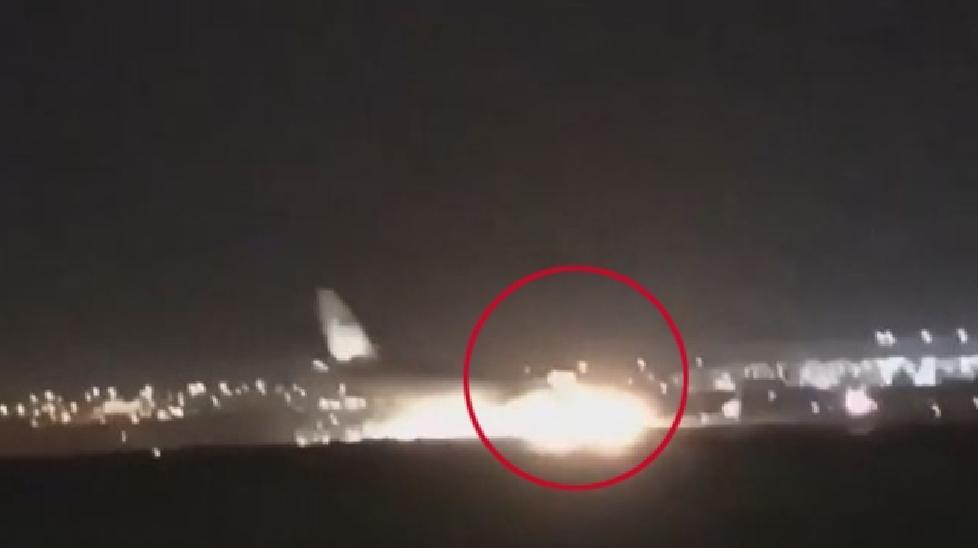 Máy bay tóe lửa khi hạ cánh khẩn cấp trên đường băng