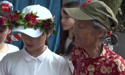 Cụ bà U70 Trung Quốc chào khách du lịch bằng 11 thứ tiếng