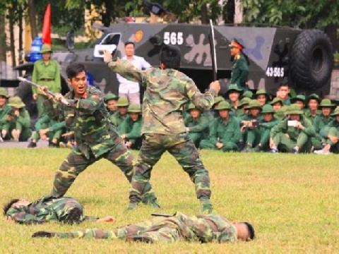 Bộ đội Huế nhảy vòng lửa, biểu diễn võ thuật chiến đấu