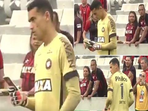 Thủ môn Brazil thản nhiên dùng điện thoại khi đang thi đấu