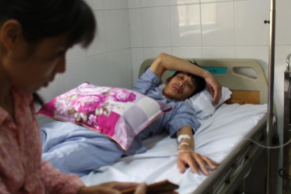Tài xế bị đánh phun máu được chuyển lên Bệnh viện Việt Đức điều trị - Ảnh 1.