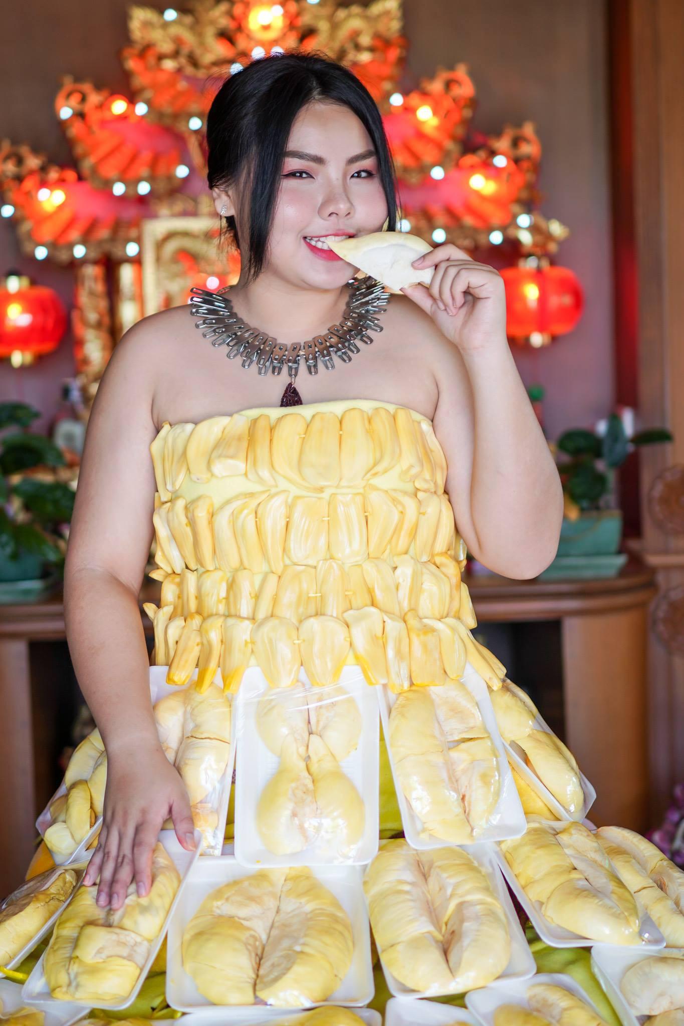 Cosplay hàng hiệu thời trang bằng cách tự làm váy áo bằng đồ ăn, cô bạn Thái Lan tự tin chặt chém mọi nhân vật đình đám - Ảnh 2.