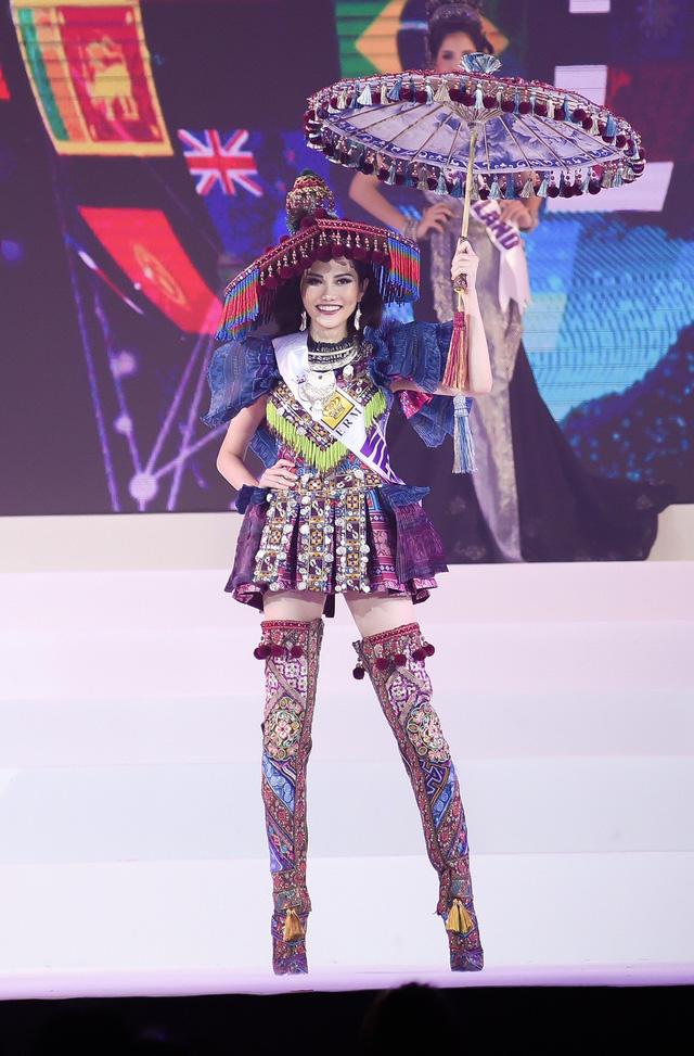 Phần trình diễn trang phục dân tộc mở màn đầy màu sắc đã thật sự khuấy động cuộc thi ngay từ những phút giây đầu. Một lần nữa, bộ trang phục truyền thống của dân tộc H'Mông lại được Nguyễn Diệu Linh phô diễn và gây chú ý trên sân khấu.