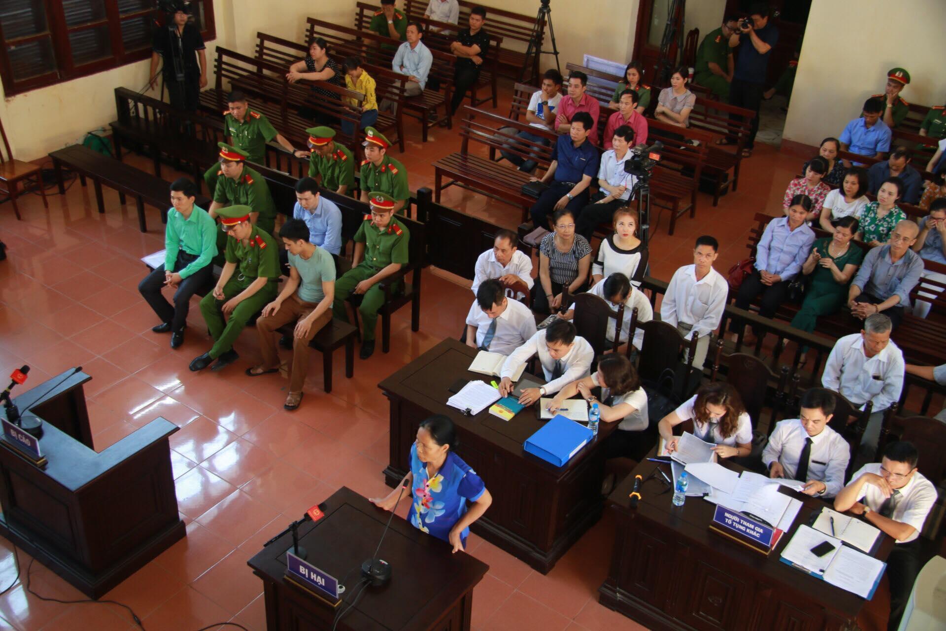 Toàn cảnh phiên toà sáng 21/5, người nhà nạn nhân liên tục đề nghị HĐXX xem xét tuyên bác sĩ Lương vô tội.