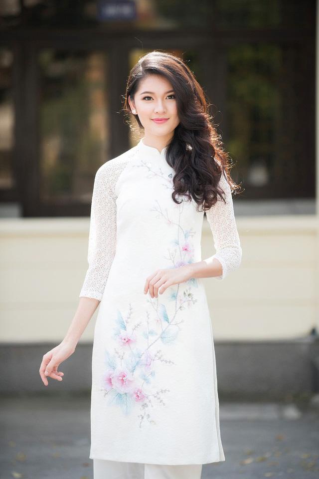 Nếu Hoa hậu Mai Phương trở lại với vẻ đẹp đằm thắm thì Á hậu Thùy Dung lại dịu dàng trong chiếc áo dài trắng cách tân. Cả hai đều có buổi giao lưu vô cùng thẳng thắn và thân mật với các bạn sinh viên.