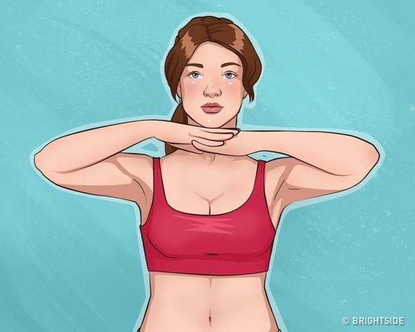 Đứng thẳng, hai tay đan vào nhau đặt dưới cằm. Dồn lực cổ và ngực ép cằm lên bàn tay, giữ khoảng 10 giây rồi thả lỏng. Thực hiện động tác 20 lần.