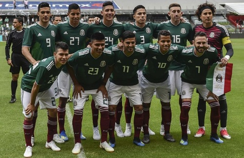 Đội tuyển bóng đá quốc gia Mexico chụp ảnh trước trận giao hữu với đội Scotland trên sân Azteca ở thủ đô Mexico City hôm 2/6. Ảnh: AFP.