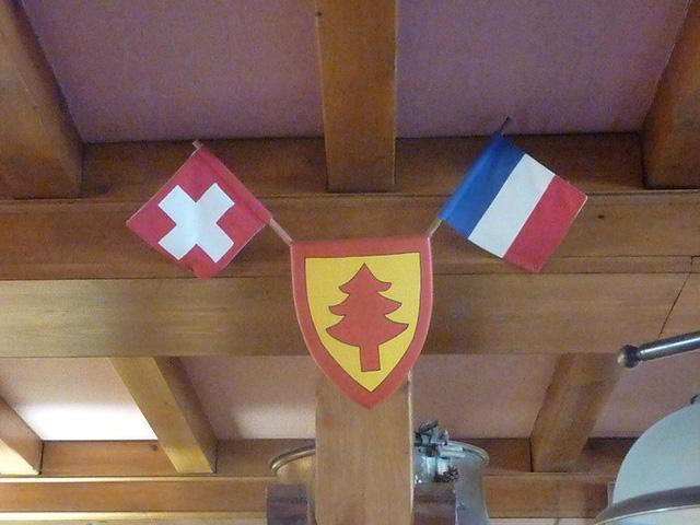 Khách sạn treo cả hai quốc kỳ Thụy Sỹ và Pháp