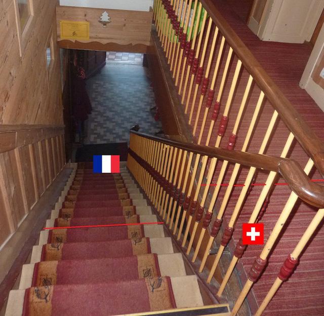 Cầu thang cũng được phân đôi làm 2 nửa