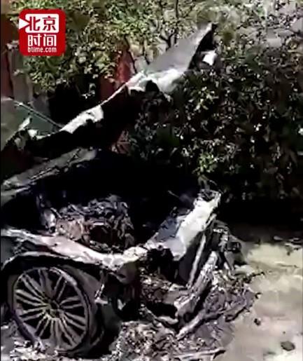 Chiếc xe chỉ còn là đống sắt vụn sau vụ hỏa hoạn