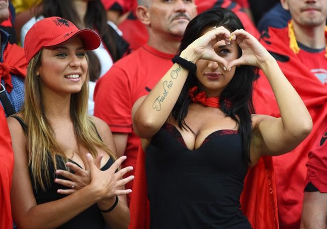 fan nu sexy het co tren khan dai world cup 2018 khien anh em kho roi mat hinh anh 1