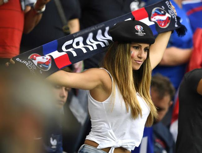 fan nu sexy het co tren khan dai world cup 2018 khien anh em kho roi mat hinh anh 14