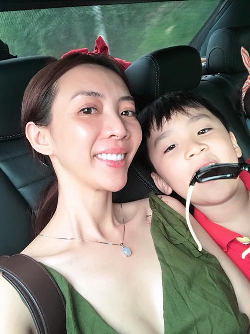 Thu Trang nhí nhảnh tạo dáng selfie cùng con trai. Hoa hậu làng hàiđược khen xinh và trẻ đẹp hơn sau khi sang Hàn phẫu thuật thẩm mỹ.