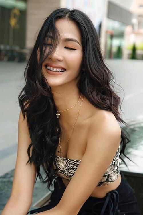 Hoàng Thùy cười rạng rỡ, khoe vẻ đẹp khỏe khoắn nhưng không kém phần quyến rũ. Hãy tự tin cười lên mặc dù bạn vẫn đeo niềng răng, người mẫu chia sẻ.