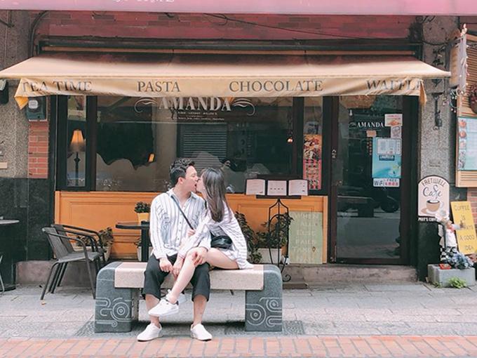 Vợ chồng Trấn Thành  Hari Won tình tứ khi du lịch tại Đài Loan. Chia sẻ loạt hình ảnh khóa môi ngọt ngào, nữ ca sĩ viết: Ngồi lãng mạn. Tình tứ. Hôn cái rồi hôn tiếp thì ông Xìn cắn môi mình. Đau quá la thì ông hôn thêm cái cho lơ qua. Nhưng đau quá mình la làng nên hình cuối mặt mình bị méo.