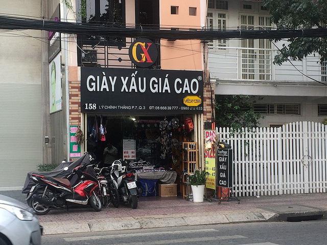 """Quán """"Giày xấu giá cao"""" trên đường Lý Chính Thắng , quận 3, đã kéo được lượng khách ghé thường xuyên."""