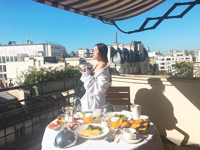 Hoa hậu Đại dương Ngân Anh tận hưởng bữa sáng thịnh soạn đúng chuẩn con nhà giàuở trời Âu.