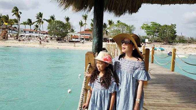 Việt Hương và cô con gái Phương Vy mặc đồ đôi, cùng ngắm biển xanh. Nữ diễn viên hài đang có chuyến du lịch hạnh phúc bên gia đình nhỏ tạiCộng hòa Dominica.